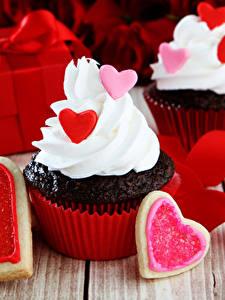 Картинка День всех влюблённых Пирожное Печенье Капкейк кекс Доски Серце Ленточка Еда