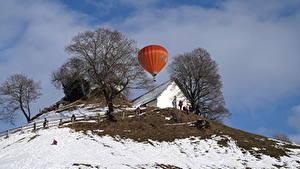Фото Здания Зима Холмы Деревья Воздушный шар Снег Природа
