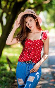 Фото Азиаты Поза Джинсов Блузка Шляпы Взгляд молодая женщина