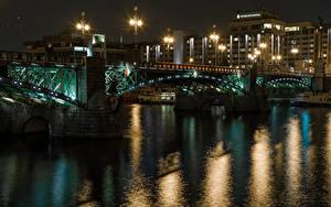 Фотографии Чехия Прага Дома Речка Мосты Ночью Уличные фонари Города