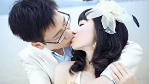 Фотография Влюбленные пары Азиаты Мужчины Бантик Поцелуй Брюнетка 2 Объятие Девушки