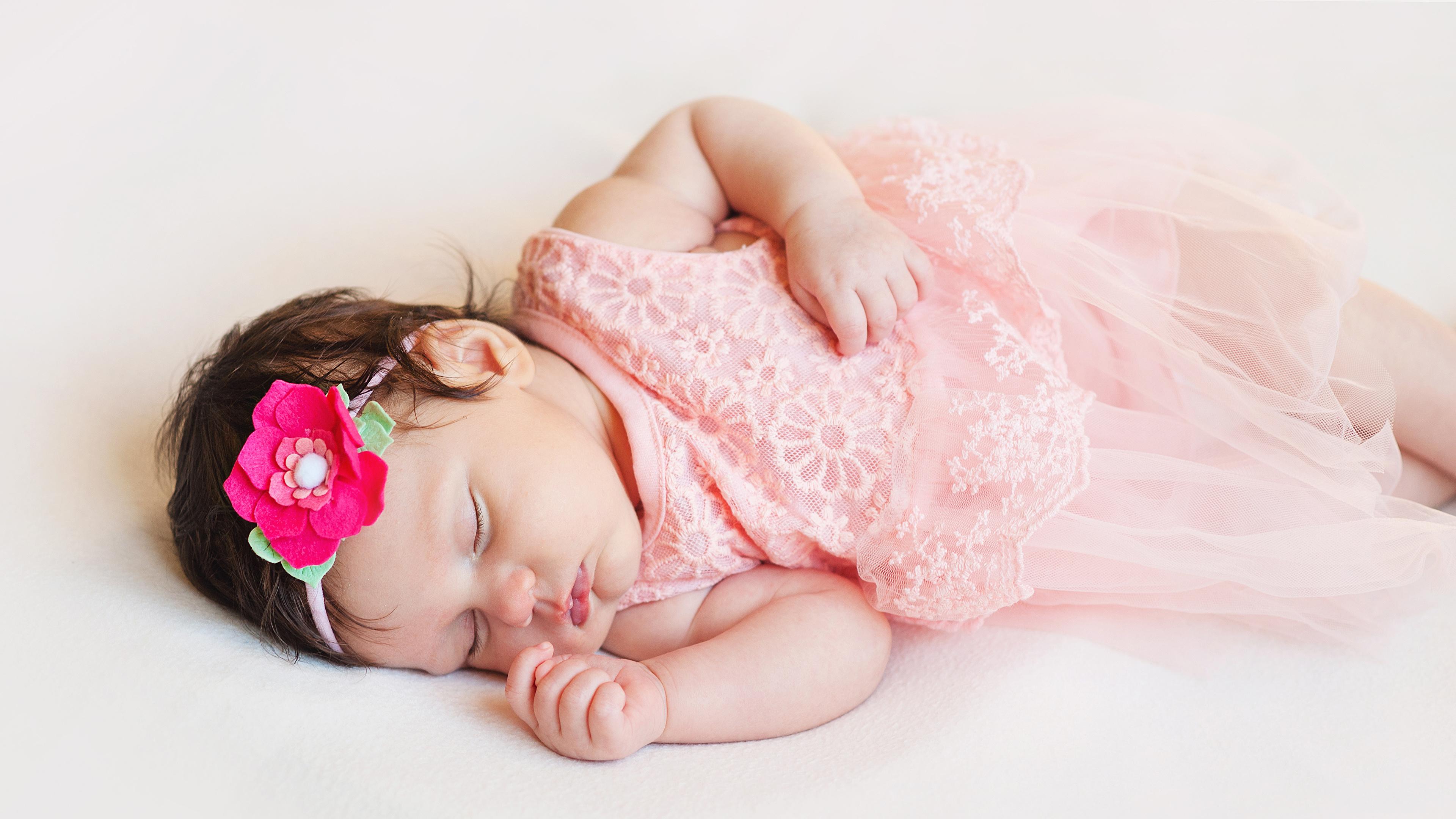 Фото младенец ребёнок Спит сером фоне 3840x2160 младенца Младенцы грудной ребёнок Дети сон спят спящий Серый фон