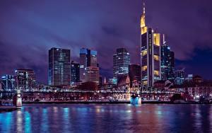 Фотографии Франкфурт-на-Майне Германия Небоскребы Мосты Ночью Мегаполис Города