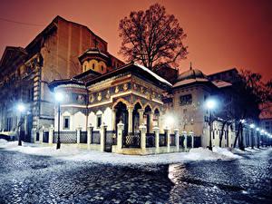 Картинка Румыния Дома Зимние Улиц Ночью Уличные фонари Забора Bucharest Города