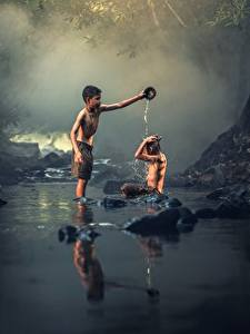 Картинки Азиаты Камень Ручей 2 Мальчики Сидящие Ребёнок