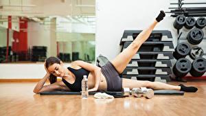 Обои Фитнес Физические упражнения Ноги Шатенка Девушки Спорт