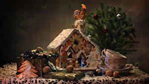 Фото Натюрморт Новый год Выпечка Сладости Конфеты Орехи Петух Новогодняя ёлка Чашка Продукты питания