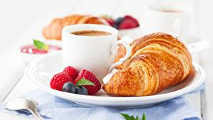 Картинки Круассан Малина Черника Кофе Завтрак Чашка