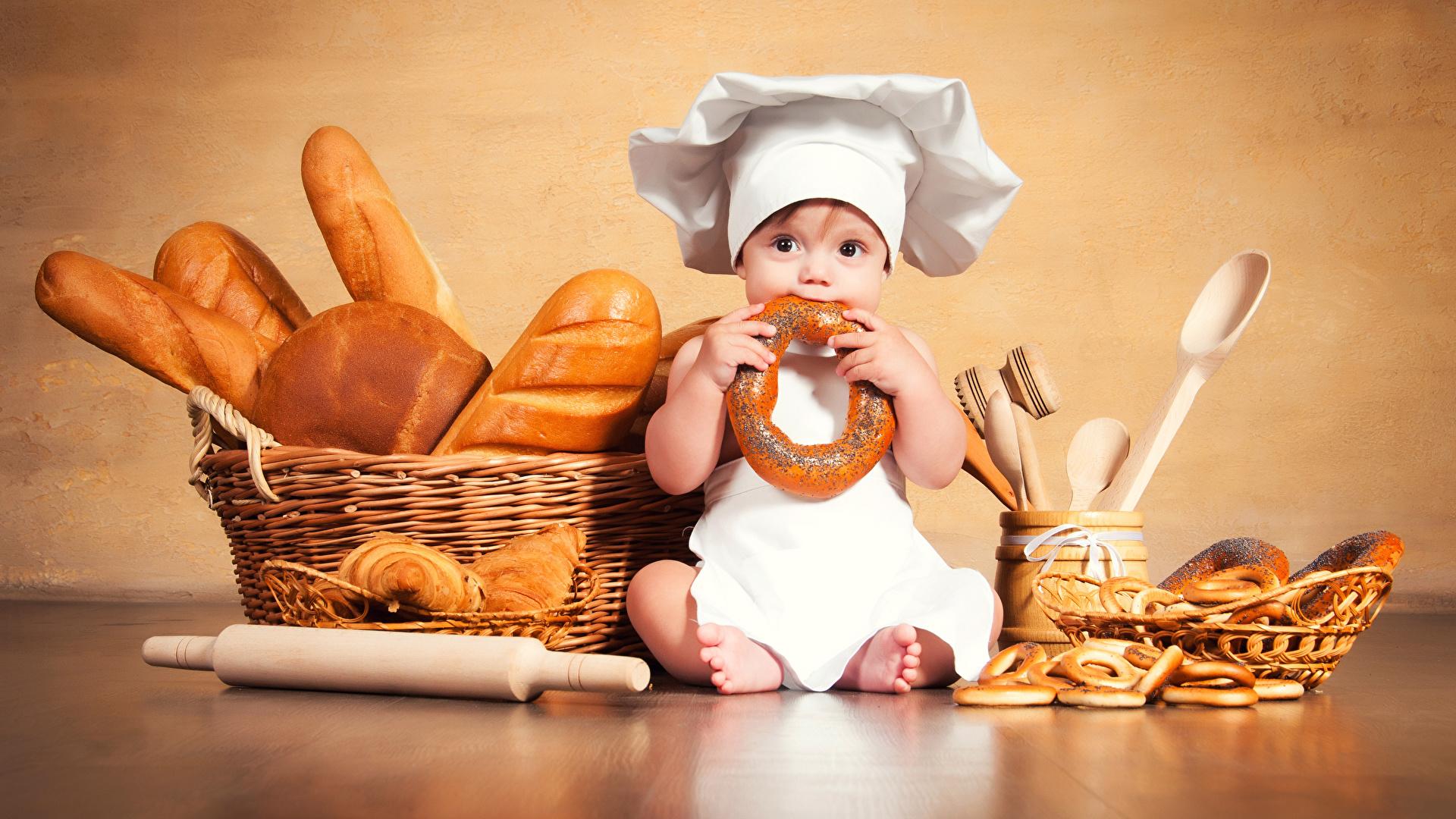 Фото Младенцы ребёнок шляпе Хлеб Корзинка повары сидящие Выпечка 1920x1080 младенца младенец грудной ребёнок Дети Шляпа шляпы корзины Корзина сидя Сидит Повар повара
