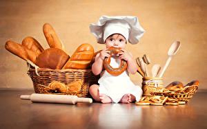 Фото Хлеб Выпечка Грудной ребёнок Повар Шляпа Корзина Сидит Ребёнок