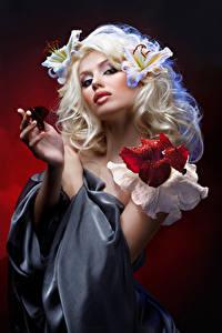 Картинки Бабочки Лилии Блондинка Руки Смотрит Красивые Девушки