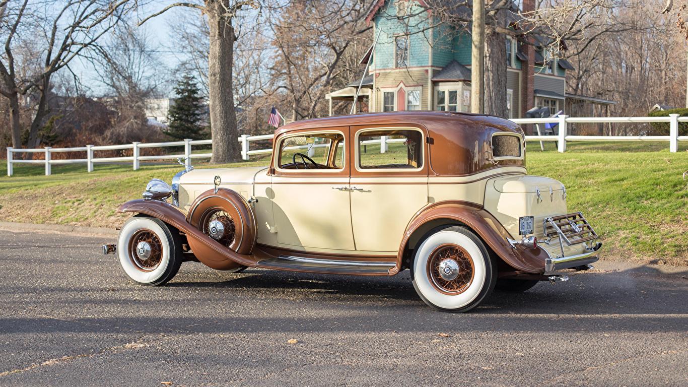 Картинка Cadillac 1932 V12 370-B Town Sedan by Fisher Сбоку Автомобили 1366x768 Кадиллак авто машины машина автомобиль