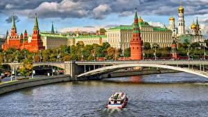 Картинки Москва Московский Кремль Мосты Храм Реки Россия Катера Водный канал Дворец город