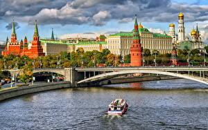 Картинки Москва Московский Кремль Мосты Храмы Реки Россия Катера Водный канал Дворец Города
