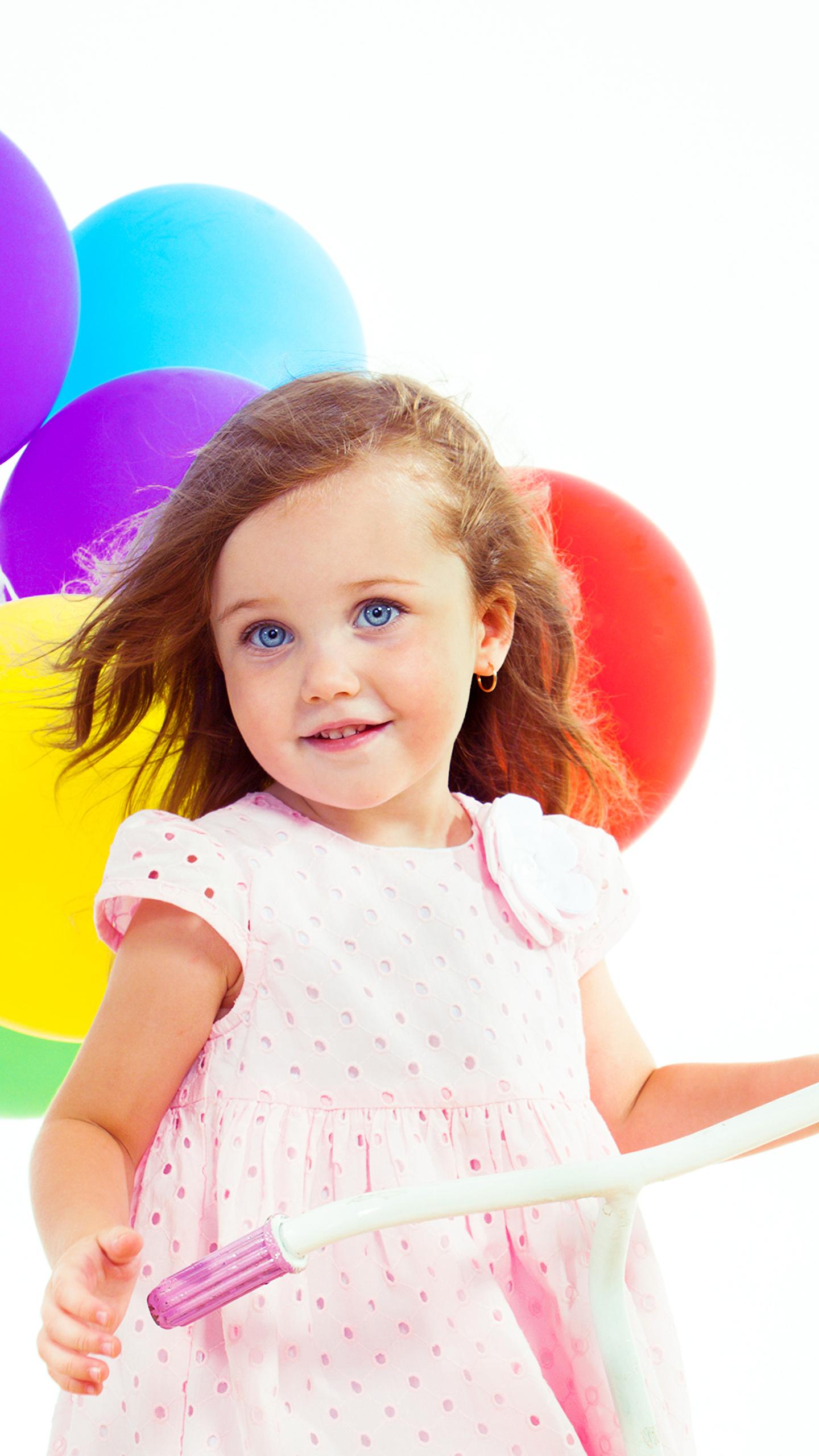 Фотография Девочки Улыбка Красивые Миленькие Ребёнок Шарики Белый фон 1440x2560 девочка улыбается Милые Дети Шар
