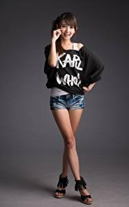 Фото Азиаты Поза Ноги Шорты Улыбка Шатенки Милые Девушки
