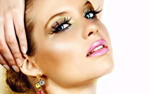 Фотография Пальцы Глаза Губы Белый фон Маникюр Взгляд Лицо Мейкап Серьги Красивые Девушки