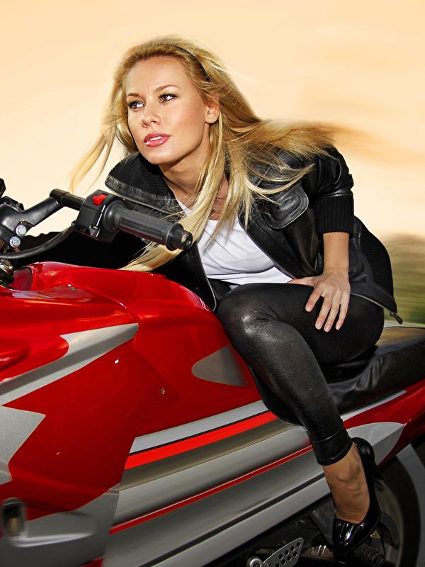 Картинка Блондинка девушка скорость Мотоциклист смотрят 600x800 для мобильного телефона блондинки блондинок Девушки молодая женщина молодые женщины едет едущий едущая Движение Взгляд смотрит