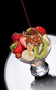 Обои Фрукты Шоколад Клубника Киви Продукты питания