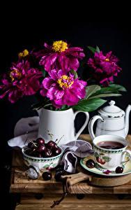 Картинки Натюрморт Майоры Вишня Чайник Чай На черном фоне Чашке Кувшин цветок Еда