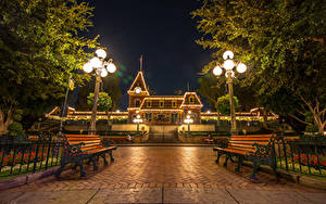 Картинки США Диснейленд Парки Здания Калифорнии Анахайм HDR Ночь Скамейка Уличные фонари Электрическая гирлянда город