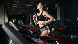 Фото Фитнес Шатенка Тренируется Бег молодая женщина Спорт