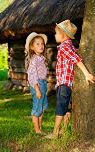 Обои Ствол дерева Мальчики Девочки 2 Шляпа Джинсы Дети