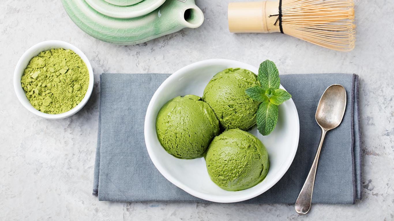 Фото Мороженое три Еда ложки Шарики тарелке Сладости 1366x768 Шар Пища Ложка Трое 3 втроем Тарелка Продукты питания