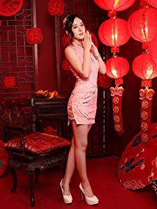 Фото Азиаты Позирует Платья Ноги Комнаты Фонари молодая женщина