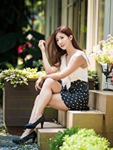 Фото Азиатка Лестницы Сидит Ног Красивая Поза Шатенки Девушки