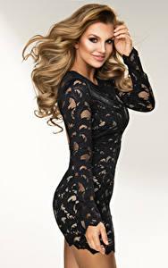 Фото Серый фон Блондинка Улыбка Платье Руки