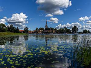 Картинка Швеция Дома Река Небо Облака Strangnas