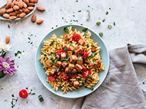 Картинка Вторые блюда Орехи Хризантемы Мясные продукты Помидоры Тарелке Макароны