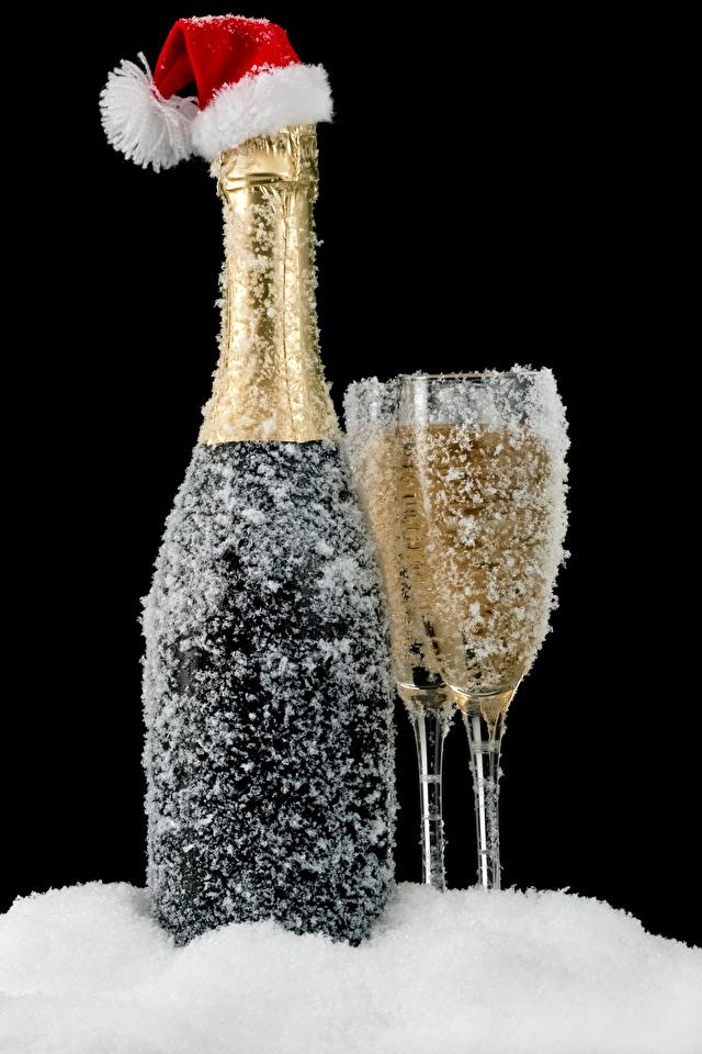 Обои Рождество в шапке Игристое вино снега Еда бокал Бутылка Черный фон 640x960 Новый год Шапки шапка Шампанское Снег снеге снегу Пища Бокалы бутылки Продукты питания на черном фоне