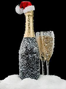 Обои Рождество Игристое вино Черный фон Бутылка Бокал Снега В шапке Еда