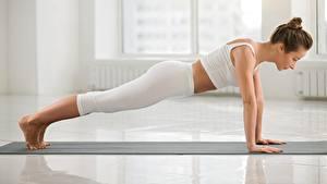 Картинка Фитнес Йога Отжимается Сбоку Планка упражнение молодые женщины Девушки