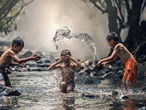 Обои Азиаты Ручей Брызги Мальчик Трое 3 ребёнок