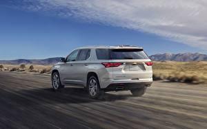 Фотографии Chevrolet Дороги Движение Кроссовер Белых Металлик Сзади High Country, Traverse, 2021 автомобиль