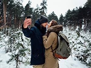 Обои Зимние Любовь Мужчины Любовники Двое Шатенки Руки Селфи Свидании девушка