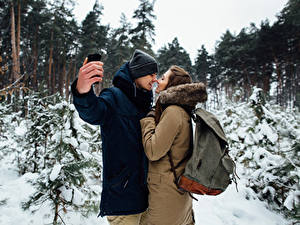 Обои Зимние Любовь Мужчины Любовники 2 Шатенка Руки Селфи Девушки