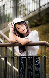 Картинки Азиатки Лестница Позирует Рука Шляпа молодая женщина