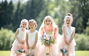Обои для рабочего стола Букет Размытый фон Блондинки Невеста Платья Девочка Счастье молодая женщина