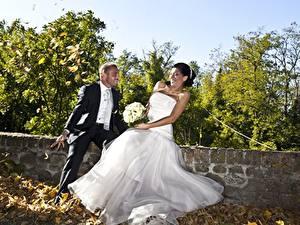 Фотографии Любовники Мужчины Осенние Букеты Жених Невеста Лист Платье Радостная девушка