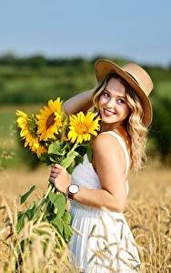 Картинки Поля Пшеница Подсолнечник Боке Платья Улыбается Шляпы Блондинки Selina Девушки