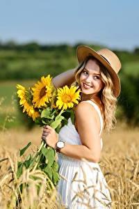 Картинки Поля Пшеница Подсолнечник Боке Платья Улыбается Шляпы Блондинки Selina Природа Девушки