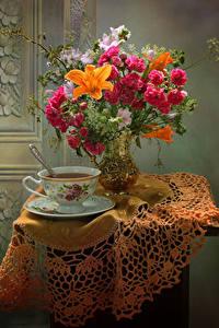 Обои Натюрморт Букеты Розы Лилии Ветреница Чай Стол Ваза Чашка Еда