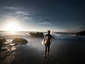 Обои Камень Рассветы и закаты Мужчины Серфинг Пляжа спортивная