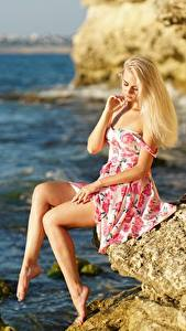 Картинка Море Блондинка Платье Скалы Шляпе Сидящие Ног