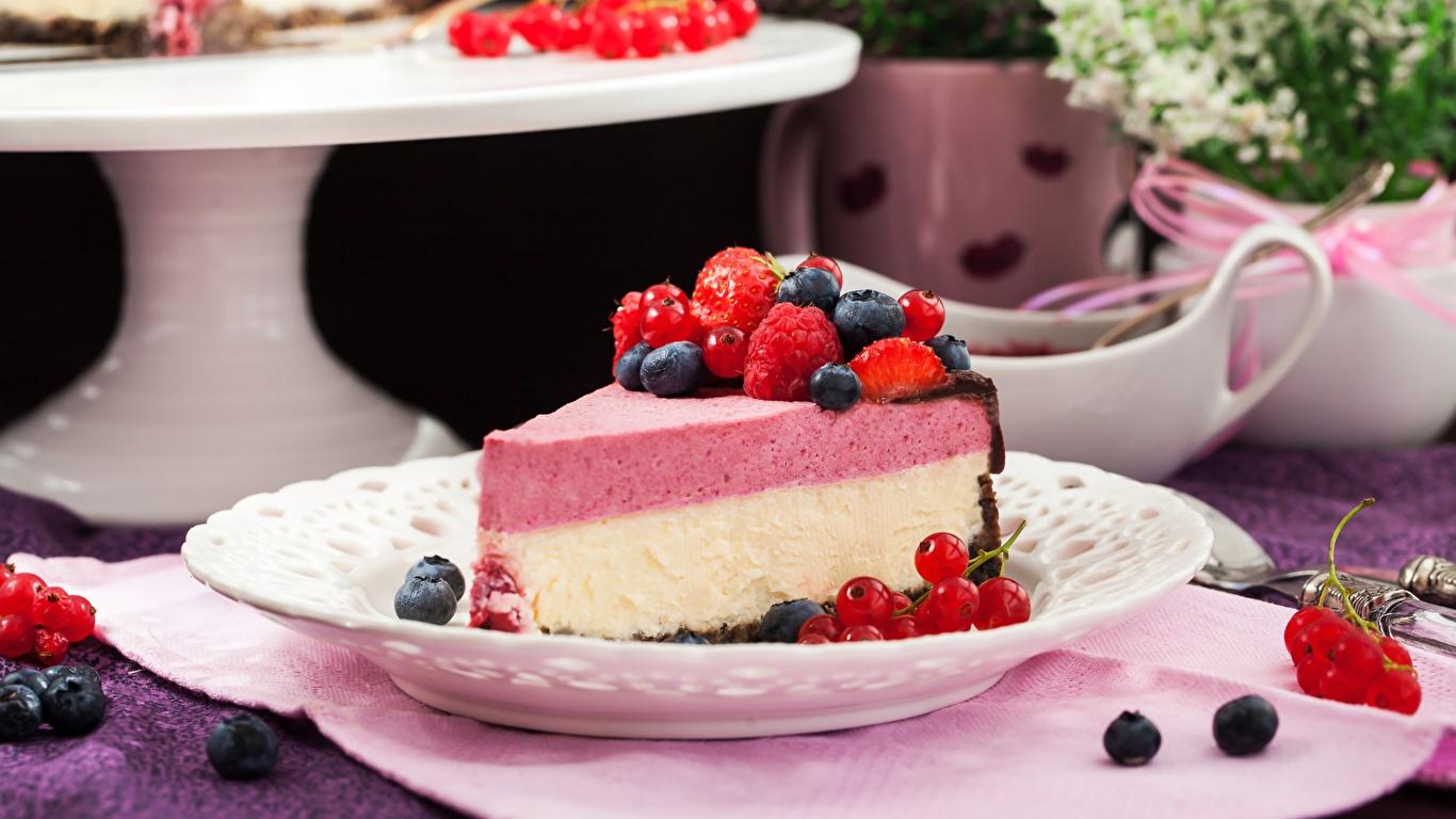 Картинка Cheesecake Кусок Малина Черника Еда Ягоды 1366x768 часть кусочки кусочек Пища Продукты питания