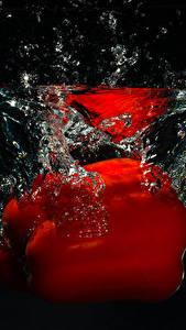 Фото Перец Воде Красные На черном фоне Еда